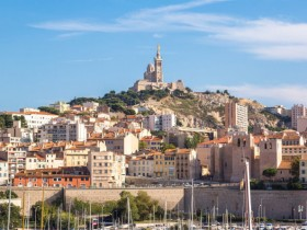 Bild:Notre Dame de la Garde and olf port in Marseille, France