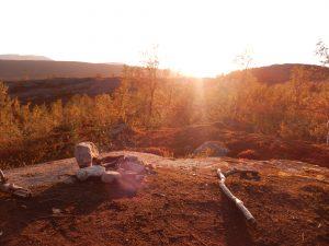 Im September beginnt der Sonnenuntergang in Nordskandinavien früh und dauert mehrere Stunden - ein magisches Bild
