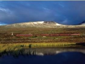 Bild: Zug der norwegischen Eisenbahn am Polarkreis