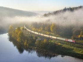 Bild: Transsibirische Eisenbahn Moskau Peking Moskau Zug im Nebel