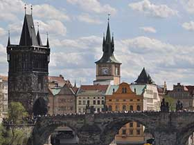 Stadtansicht von Prag mit Karlsbrücke