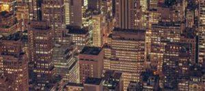 Totale auf die Skyline von New York bei Nacht. Foto von DER TOUR
