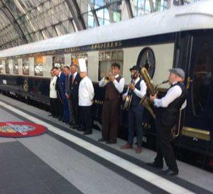 Die Belegschaft des Orientexpress verabschiedet sich musikalisch von seinen Gästen.