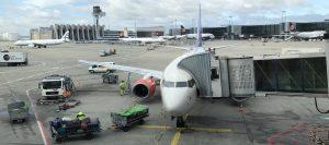 Flughafen Frankfurt Maschine auf dem Rollfeld beim betanken