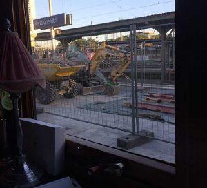 ernüchternder Ausblick aus dem orientexpress der anm Morgen in Karlsruhe am Baustellenbahnhof steht.