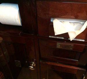 Toilette im Venice-Simplon-Orient-Express aus feinstem Holz