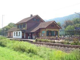 Gleisnostbüro im Bahnhof Freiburg-Littenweiler mit Gleisen im Vordergrund