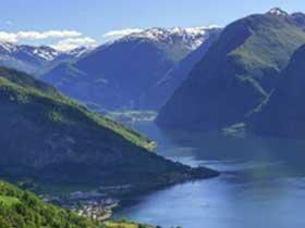 landschaftsbild der norwegischen Fjorde auf der Route von Hurtigruten