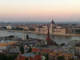 Unterwegs auf dem Balkan. Blick über die Dächer von Budapest auf die Donau
