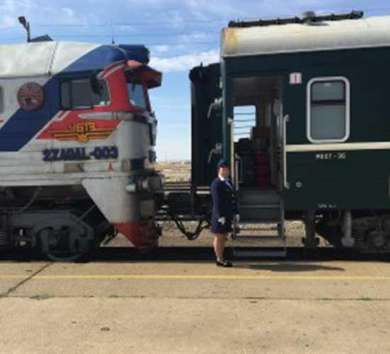 Russischer Zug mit Schaffnerin Unterwegs mit der Transsib