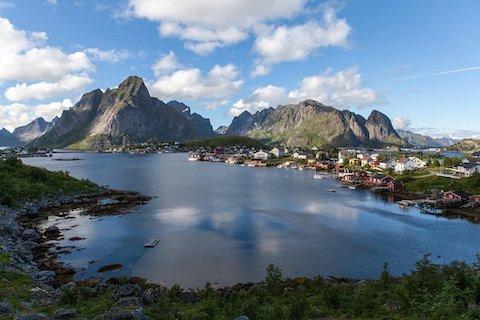 Ausblick beim wandern auf den Lofoten in Norwegen