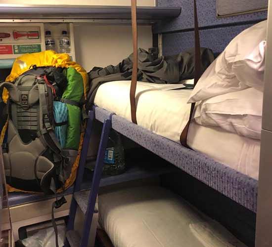 Interrailreise in einem 6erLiegeabteil in europäischen Nachtzug mit Rucksack