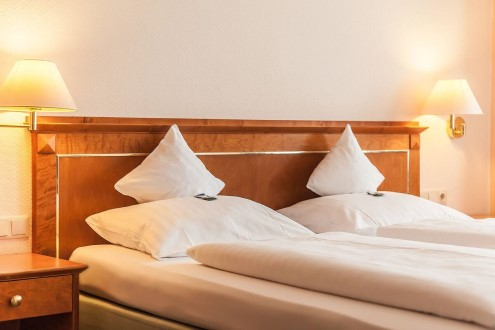 Doppelbett in Hotelzimmer